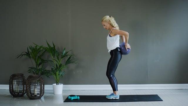 Treningsøkt for hele kroppen med liten ball som utstyr