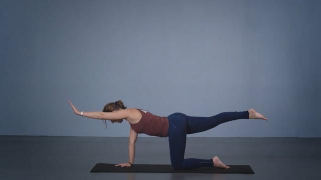 Vibeke Lugg instruererer Pilates.