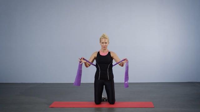 Monica Øien viser hvordan du kan trene armene med strikk.